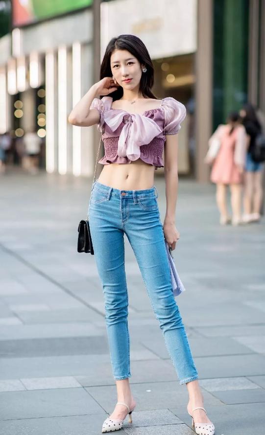 时尚的牛仔裤穿搭更具个性魅力,